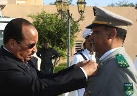 الفريق الداه ولد لمام اثناء توشيح للرئيس السابق عزيز له