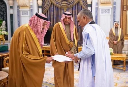 السعادة السفير / سيدي عالي ولد سيدي عالي وهو يسلم الملك سلمان بن عبدالعزيز اوراق اعتماده