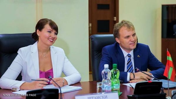 الرئيس مع وزيرة خارجية و زوجته المستقبيلة
