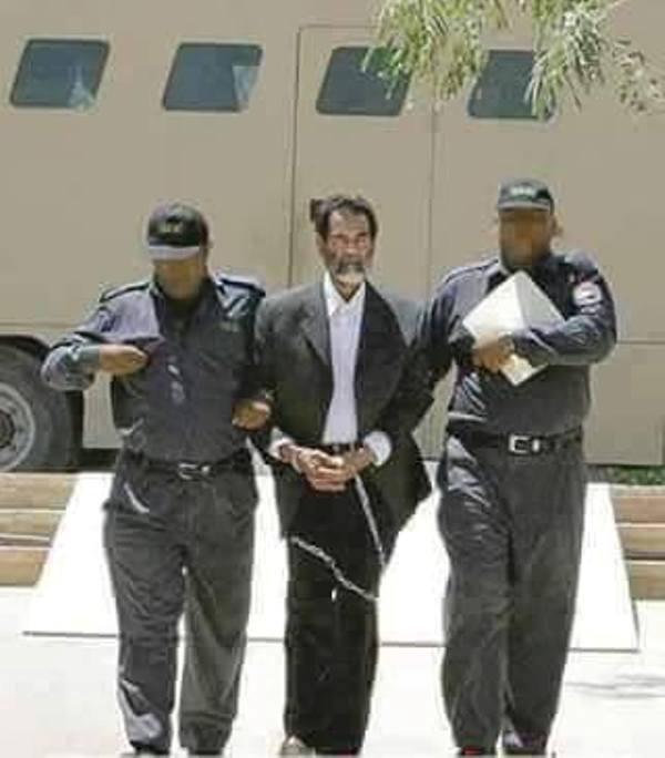 القائد صدام حسين وهو يمشى مشية واثق النفس