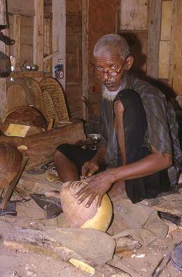 صانع تقليدي في محل عمله