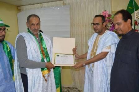 القنصل الدمان ولد همريتسلم درع التكريم من ممثل الطلبة