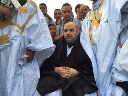 الشيخ علي الرضى وهو يرتدى بذلة المحاماة دون وجه حق