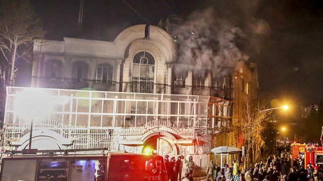 متظاهرون يضرمون النار في سفارة السعودبة بطهران