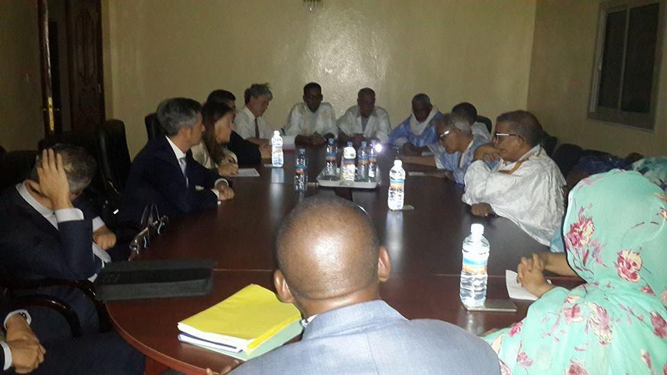الرئيس الزعيم أحمد ولد داداه مع ضيوفه اجانب وهم تحت رحمة الظلام الدامس