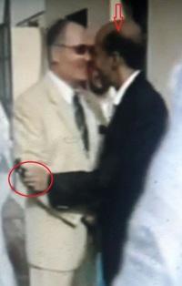 محمد ولد انوكظ وهو مرتم في احضان السفير الصهيونى في انواكشوط ـ ياللعار ـ