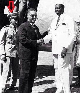 الرئيس معاوية يظهر وهو يقف خلف الرئيس المؤسس المختار ولد داداه
