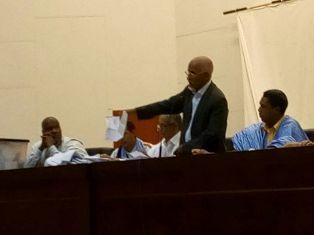 رئيس لجنة الإقتراع العميد مولاي الزين وهو يشرف على عملية الفرز