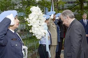 الأمين العام للأمم المتحدة اثناء وضعه لإكليل الزهور على نصبهم التذكاري