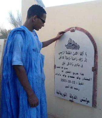 الصحفي عبدالله العتيق وهو في زيارة لضريح الرئيس الراحل المرحوم المختار داداه