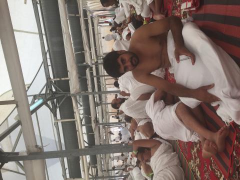 عدد من الحجاج الباكستانيين يسرحون ويمرحون في المخيم الموريتاني بمنى