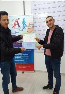 الفتى العبقري عبد الله ولد بلال لحطة تسلمه الجائزة