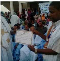 رئيس الجمعية  اثناء تسليمه جائزة لاحد المكرمين