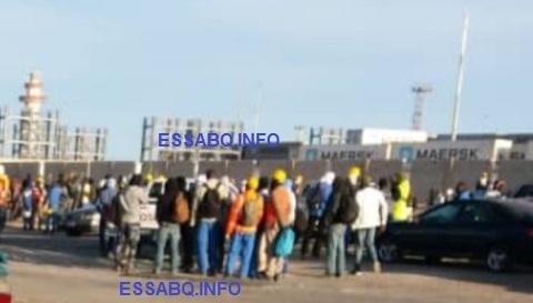 """صورة حصرية لـــ """" السبق الإخباري تم ألتقاطعها قبل قليل من أمام بوابة الميناء وهي مغلقة في وجه العمال"""