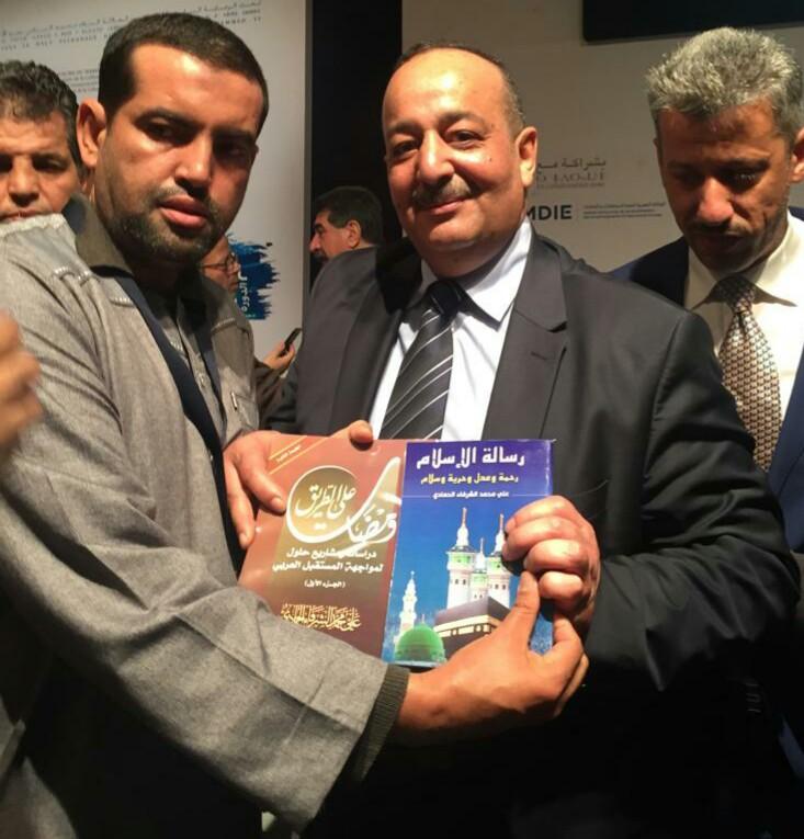 مندوب مؤسستي الموريتاني للتوزيع والنشر و رسالة السلام يسلم الوزير الاعرج  الكتب