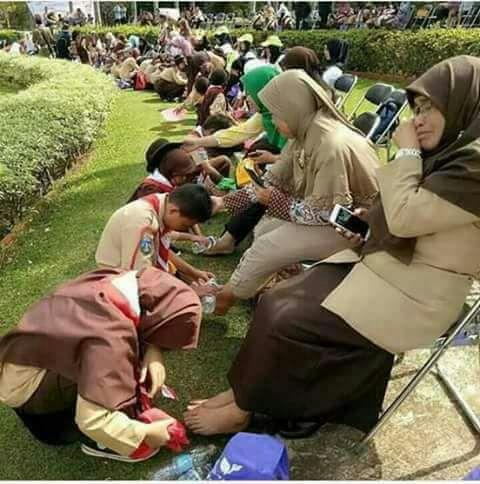الأطفال وهم ينظفون ارجل امهاتهم الكريمات