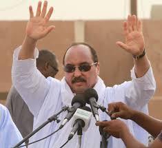 الرئيس الموريتاني وهو يلوح بيده  للجماهير