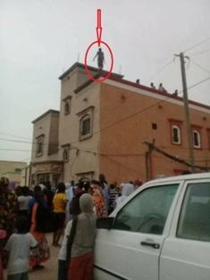 الفتاة لحطة إقدامها على إلقاء نفسها من اعلى العمارة