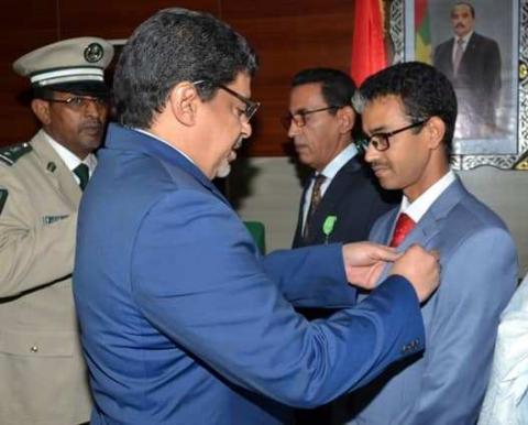 معالي الوزير سيدي محمد ولد محم  لحظة توشيحه للإطار أحمد عيسى يدالي